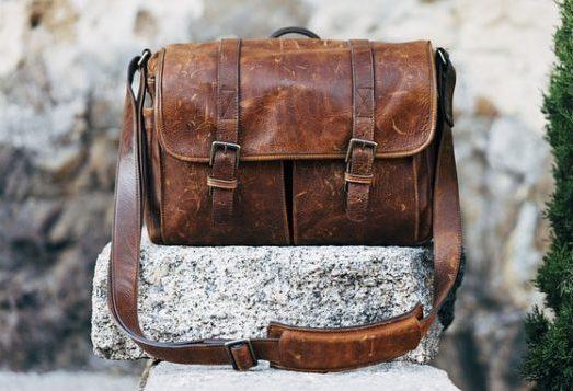 «Почтальонка», «сумка почтальона», мессенджер – разные названия одного  фасона. Такие модели отличаются хорошей вместительностью, что делает их  очень ... 6a9c9760537
